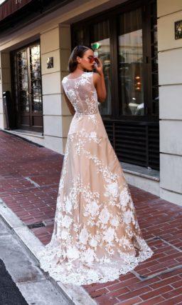 Стильное свадебное платье с белоснежным кружевом на бежевой подкладке.