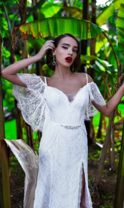 Сногсшибательное свадебное платье из кружевной ткани, с открытым верхом и разрезом на юбке.
