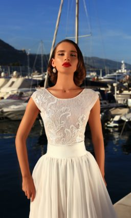 Нежное свадебное платье в пудровых тонах с элегантным лифом и многослойной юбкой со шлейфом.