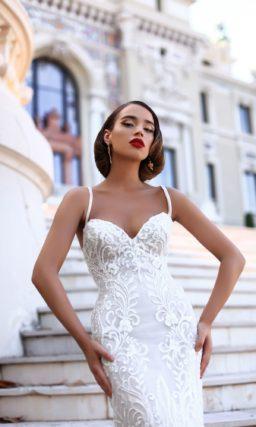 Эффектное свадебное платье с двойной юбкой и отделкой крупным выразительным кружевом.