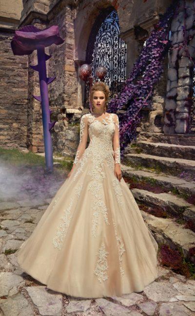 Золотое свадебное платье с длинным рукавом и романтичной кружевной отделкой по верху.