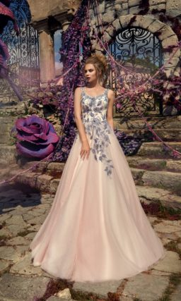 Розовое свадебное платье «принцесса» с романтичным фиолетовым декором из аппликаций.