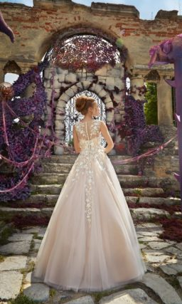 Бежевое свадебное платье «принцесса» с закрытым лифом, покрытым объемными бутонами.