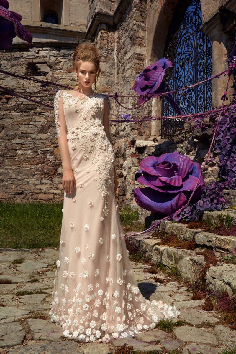 Бежевое свадебное платье прямого кроя с роскошной объемной отделкой и небольшим шлейфом.