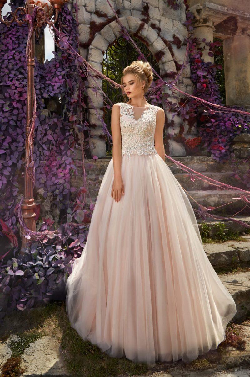 Пышное свадебное платье розового цвета с кружевной отделкой облегающего лифа.