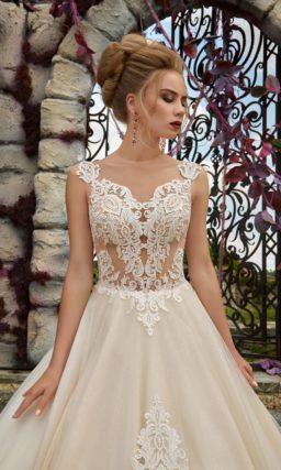 Свадебное платье цвета слоновой кости с кружевным декором