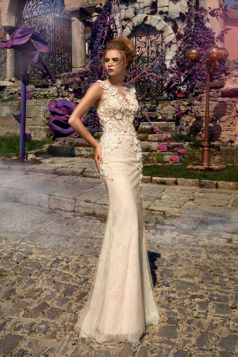 Фактурное свадебное платье бежевого цвета с объемной отделкой и облегающим силуэтом.