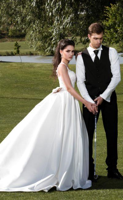Свадебное платье с бантом на спинке