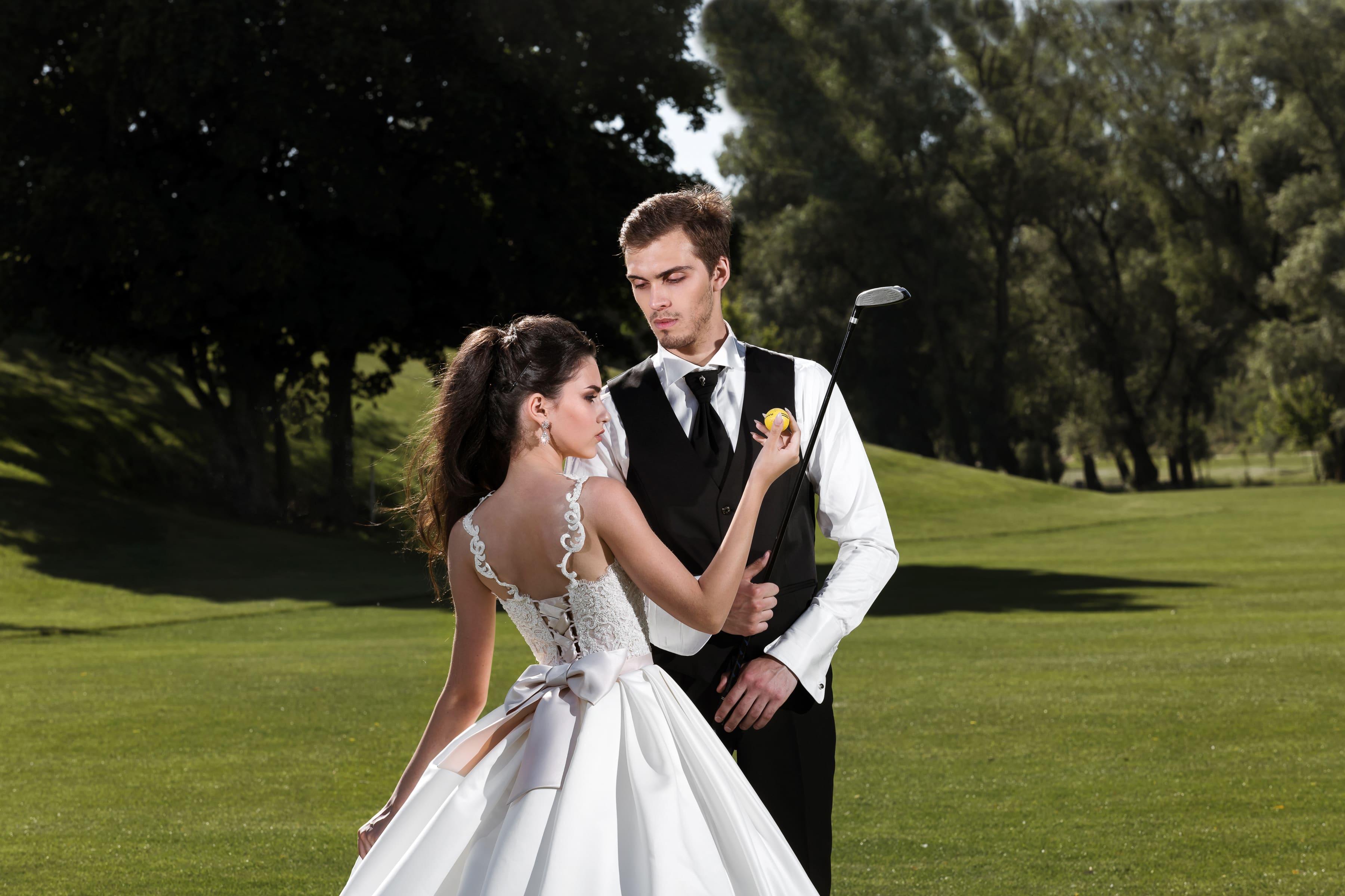 Эффектное свадебное платье «принцесса» с открытой спинкой и кружевными бретельками.