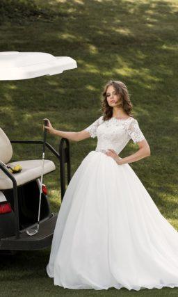 Впечатляющее свадебное платье в торжественном стиле, с кружевным лифом с коротким рукавом.