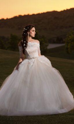 Великолепное свадебное платье пышного кроя с портретным декольте и коротким рукавом.