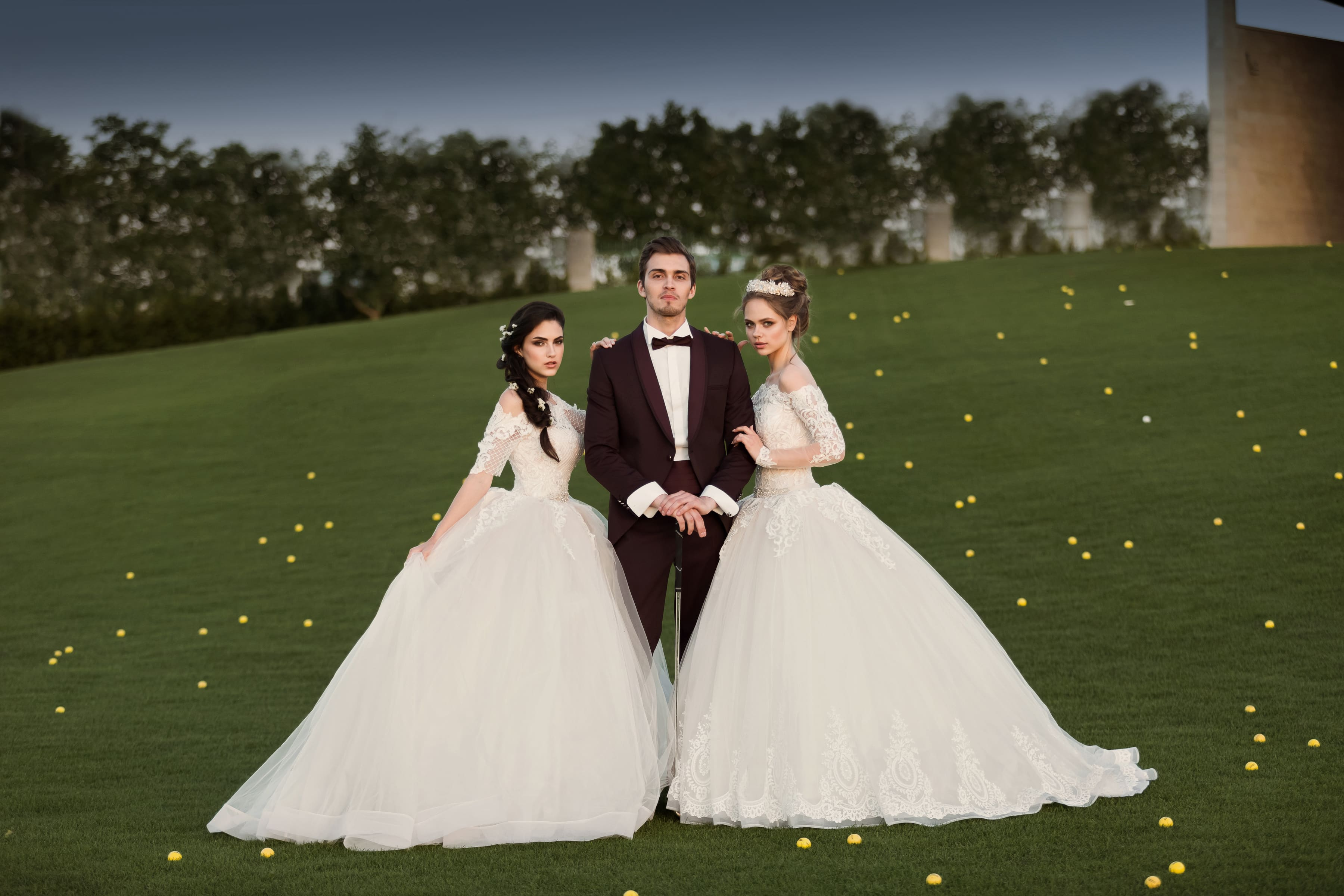 Чарующее свадебное платье кремового цвета с открытым портретным декольте и пышной юбкой.