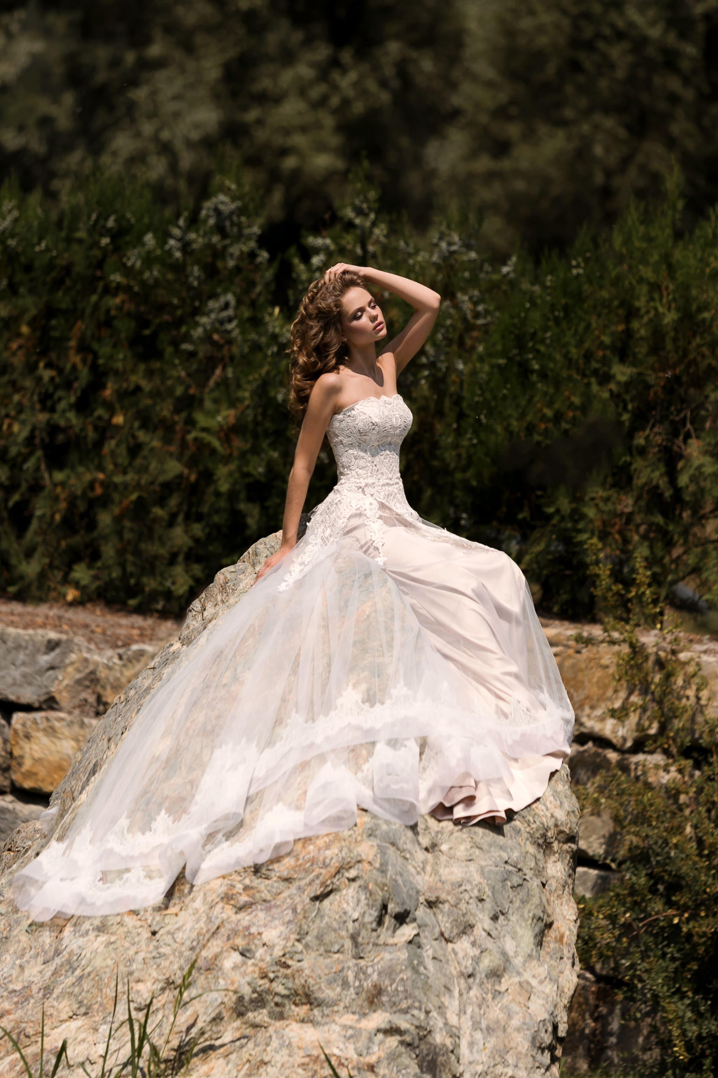 Открытое свадебное платье с прямым лифом и элегантной прямой юбкой из розового атласа.