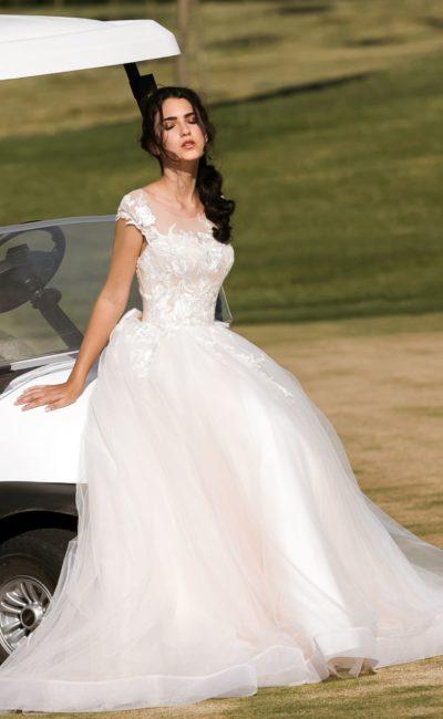 Романтичное свадебное платье с воздушной многослойной юбкой и отделкой аппликациями.