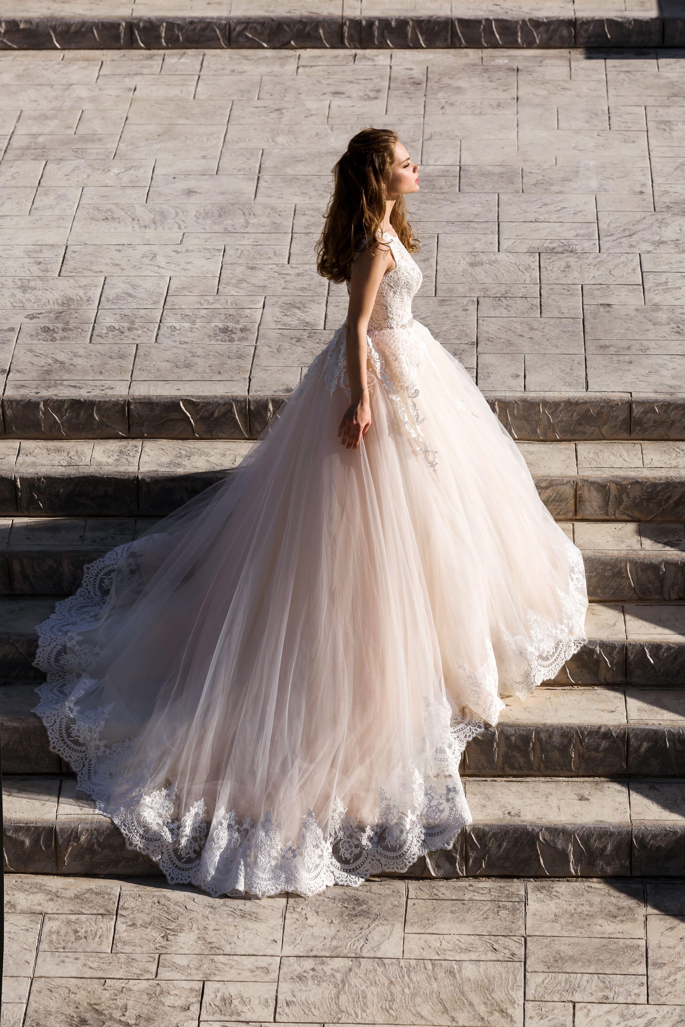 Свадебное платье «принцесса» со сдержанным кружевным лифом с округлым вырезом.