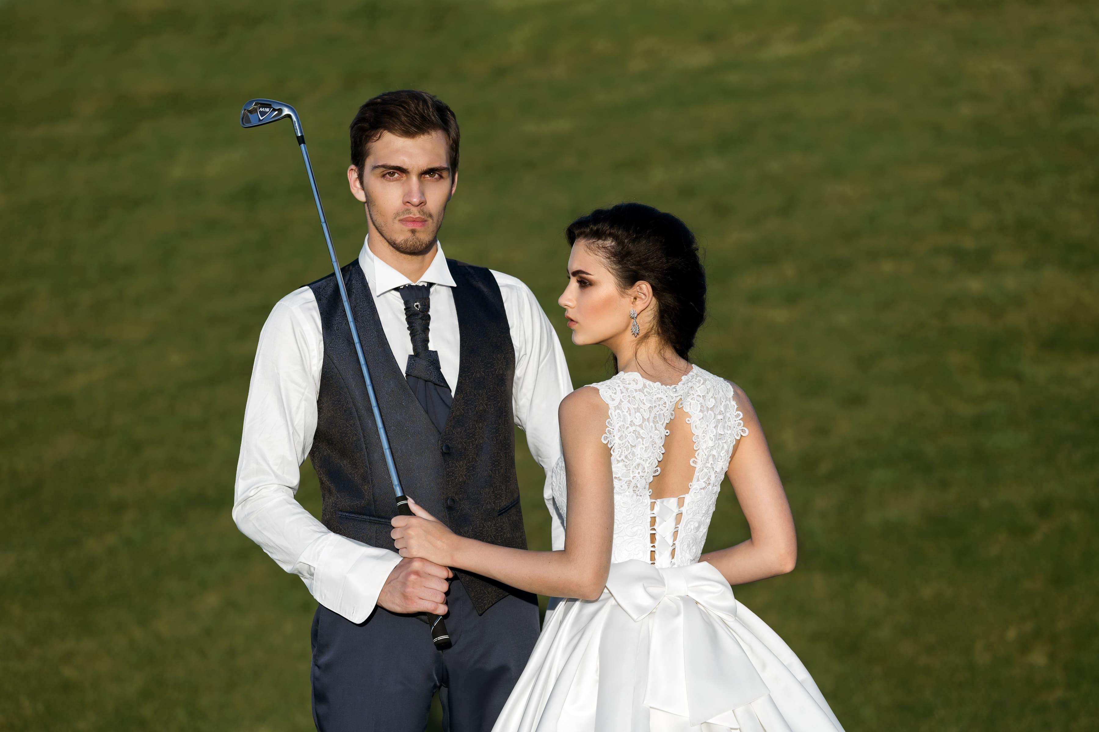 Пышное свадебное платье с атласной юбкой А-силуэта и изящным кружевным лифом с бретелями.