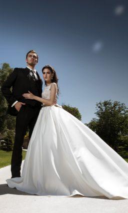 Роскошное свадебное платье с пышной атласной юбкой и нежным кружевным декором по корсету.