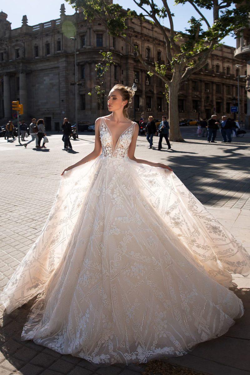 Великолепное свадебное платье «принцесса» с кружевным декором и V-образным лифом.