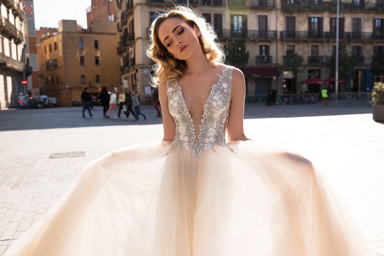Персиковое свадебное платье прямого кроя с кружевным лифом с V-образным вырезом декольте.