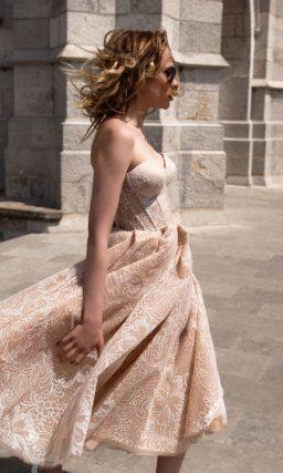 Короткое свадебное платье бежевого цвета с романтичным цветочным узором и открытым лифом.