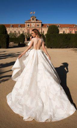 Пышное свадебное платье с укороченным спереди подолом и соблазнительным открытым лифом.
