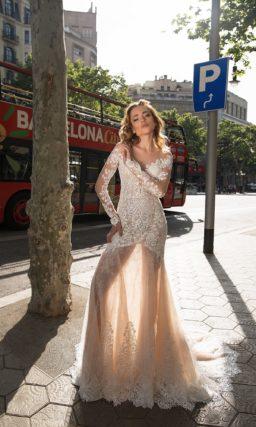 Прозрачное свадебное платье в пудровых тонах, украшенное романтичным цветочным кружевом.