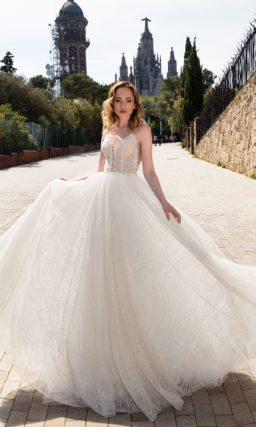 Фактурное свадебное платье с чувственным открытым лифом и длинной прямой юбкой.