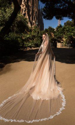 Пудровое свадебное платье прямого кроя с облегающим корсетом с фактурным декором.