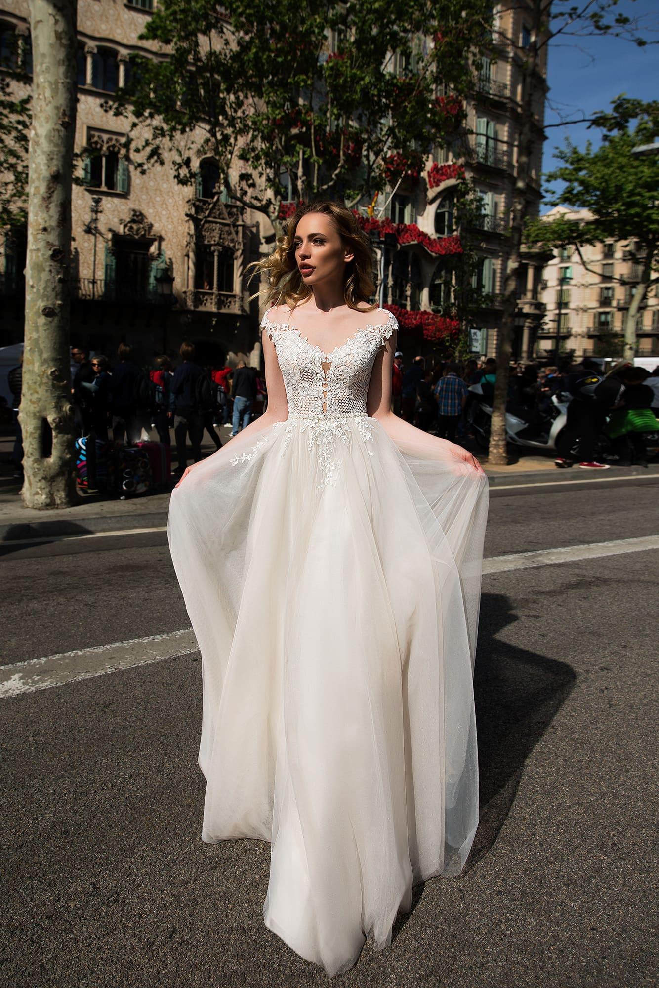 Прямое свадебное платье с романтичным кружевным корсетом и коротким фигурным рукавом.