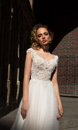 Романтичное свадебное платье с коротким рукавом и фактурной отделкой женственного лифа.