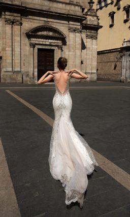 Сногсшибательное свадебное платье облегающего кроя, оформленное серебристой вышивкой.