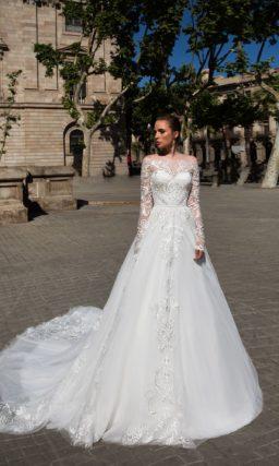 Свадебное платье «принцесса» с эффектным портретным декольте и кружевными рукавами.