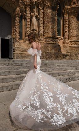 Необычное свадебное платье со шлейфом