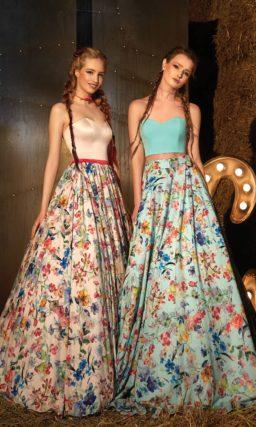 Великолепное вечернее платье с открытым бежевым лифом и пышной юбкой с цветочным узором.