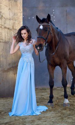Голубое вечернее платье прямого кроя с широким поясом и деликатным цветочным декором.