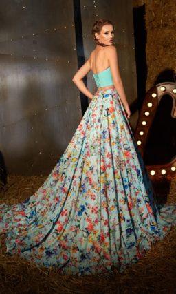 Пышное вечернее платье с укороченным голубым лифом и роскошной юбкой из яркой ткани.