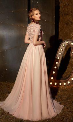 Розовое вечернее платье с укороченным фактурным лифом и лаконичной юбкой А-силуэта.