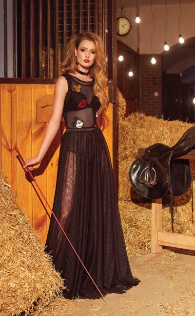 Оригинальное вечернее платье черного цвета с цветными аппликациями и высоким разрезом на юбке.