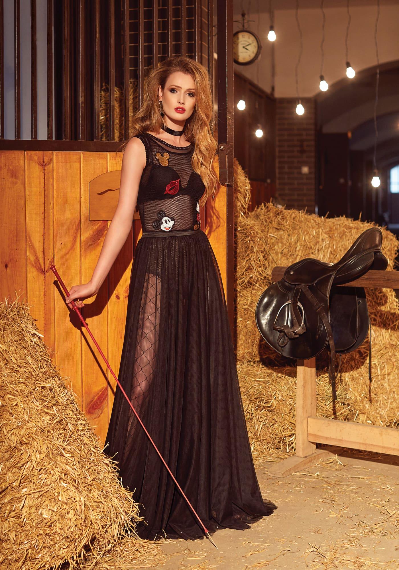 244d1f159d7 Оригинальное вечернее платье черного цвета с цветными аппликациями и  высоким разрезом на юбке.