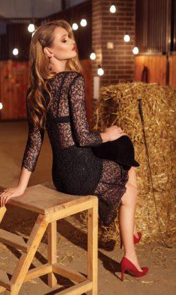 Черное вечернее платье длины миди, выполненное из эффектной кружевной ткани с мелким узором.