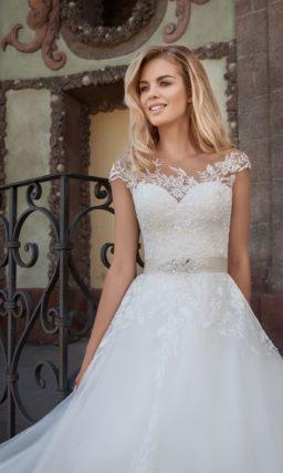 Великолепное свадебное платье с элегантным шлейфом и кружевной отделкой лифа.