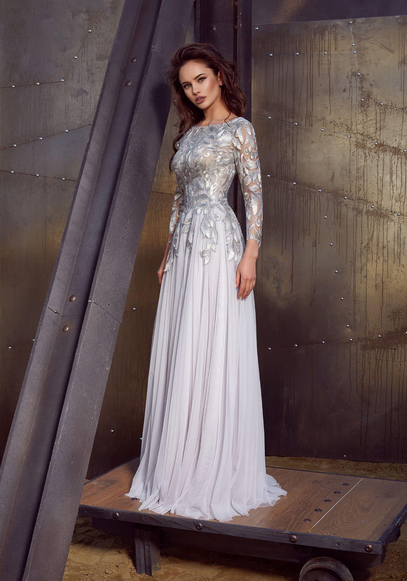 03961f9fed5 Прямое вечернее платье белого цвета с длинным облегающим рукавом и  серебристой отделкой.