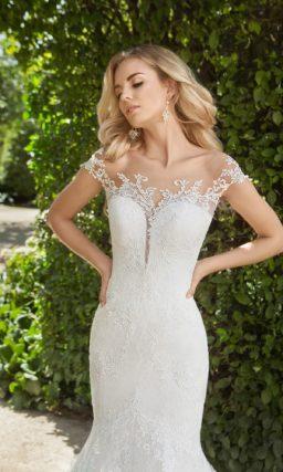 Свадебное платье «русалка» с глубоким V-образным вырезом, оформленным кружевной отделкой.