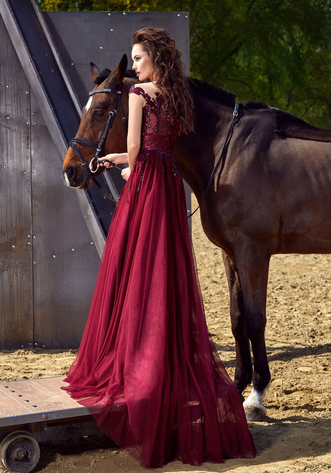 Бордовое вечернее платье с эффектным открытым декольте и роскошным широким поясом на талии.