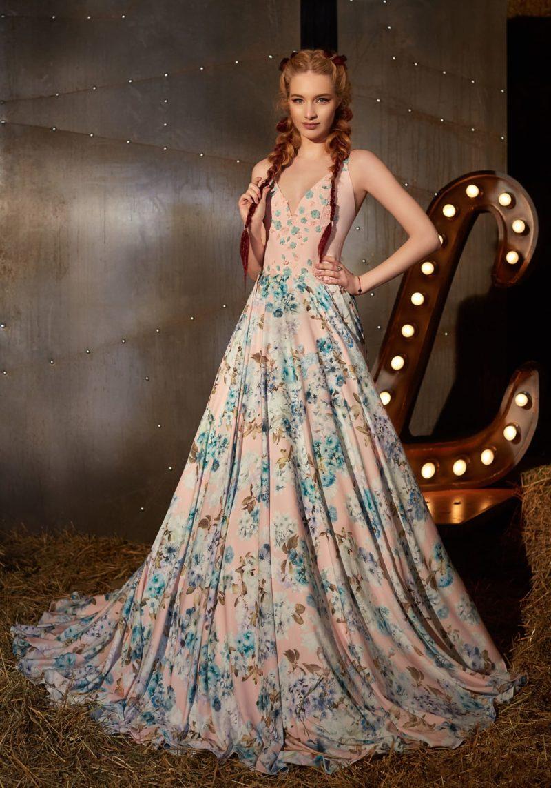 Пудровое вечернее платье силуэта «принцесса» с V-образным лифом и бирюзовым узором.