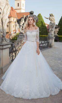 Свадебное платье «принцесса» с рукавами три четверти и фигурным портретным декольте.