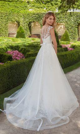 Нежное свадебное платье с закрытым лифом, оформленным кружевом, и тонким шлейфом сзади.