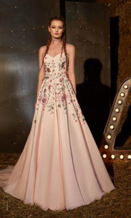 Бежевое вечернее платье А-силуэта с открытым лифом и нежной розовой вышивкой.
