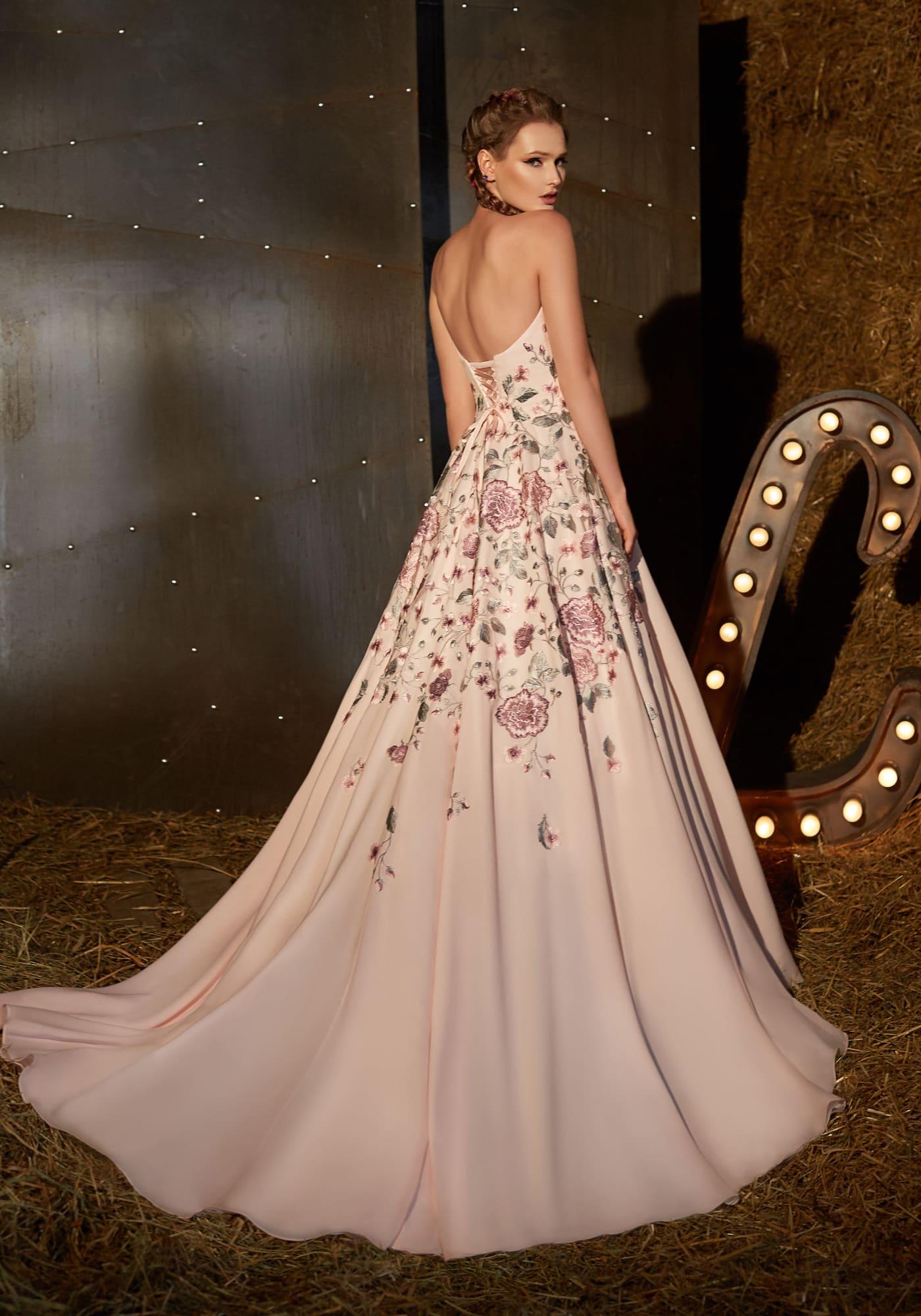 775133462b5 Бежевое вечернее платье А-силуэта с открытым лифом и нежной розовой вышивкой .