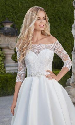 Короткое свадебное платье с атласной юбкой и элегантным кружевным верхом с рукавом.